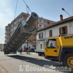 Pinerolo: traffico interrotto in via Saluzzo per una complessa operazione nel canale adiacente alla Mustad