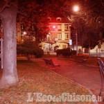 None: il giardino fronte municipio illuminato di rosso
