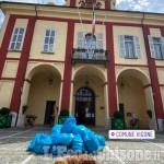 Vigone: pulisce la spiaggia del Pellice e porta i rifiuti davanti al Municipio